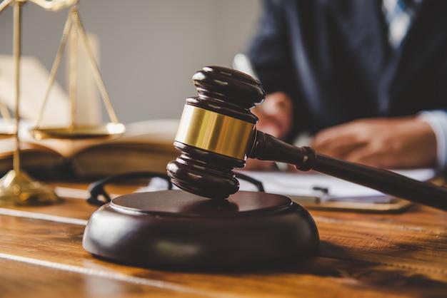 Houten hamer van de rechter op de houten tafel