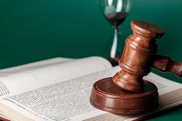 Houten hamer van een rechter, sluit omhoog geschoten