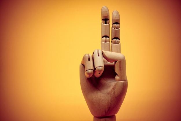 Houten hand die 2 vingers benadrukt
