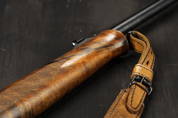 Houten handvat van jachtgeweer op donkere houten achtergrond