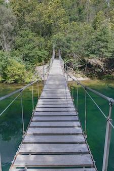 Houten hangbrug over de verdugo-rivier in galicië