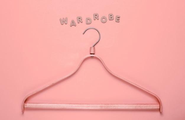 Houten hanger op roze met het woord garderobe