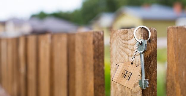 Houten hanger van een huis en sleutel