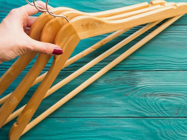 Houten hangers op groene houten oppervlak