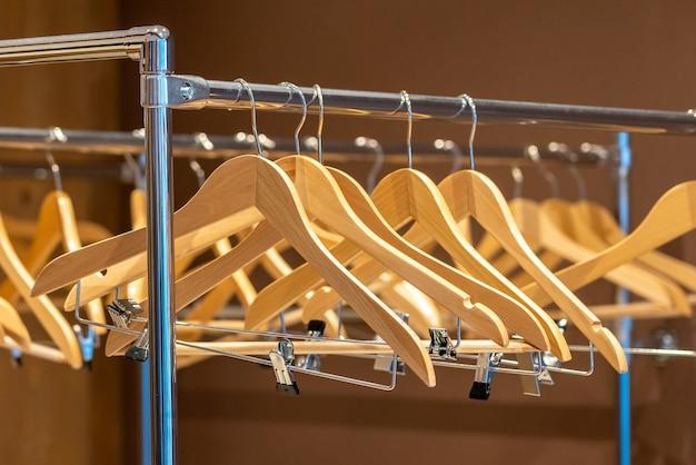 Houten hangers op kapstok zonder kleren in garderobe of kast