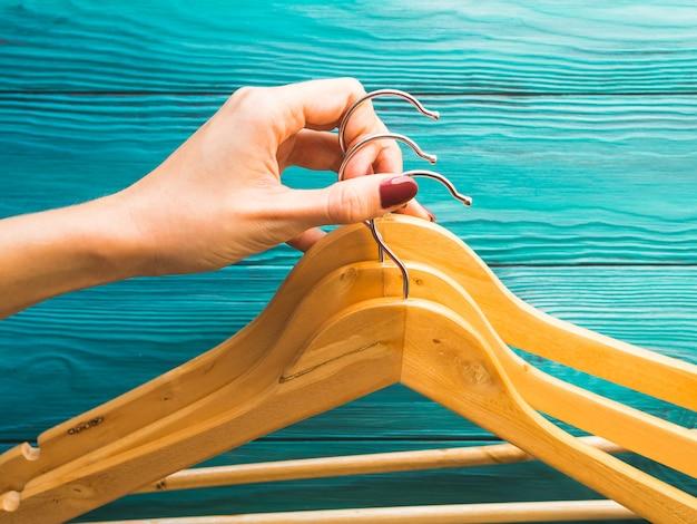 Houten hangers zonder kleren op groen