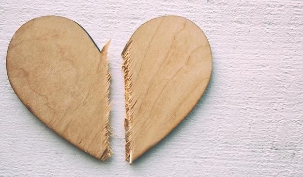 Houten hart doormidden gebroken