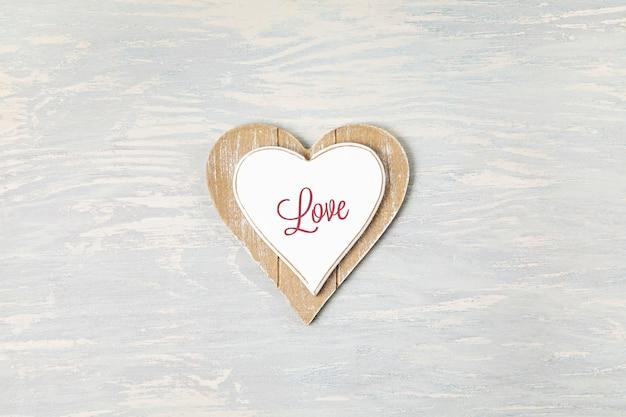 Houten hart en tekst love. liefde, heilige valentijnsdag concept