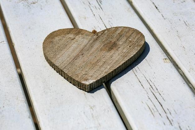 Houten hart in een houten tafel valentijnsdag behang