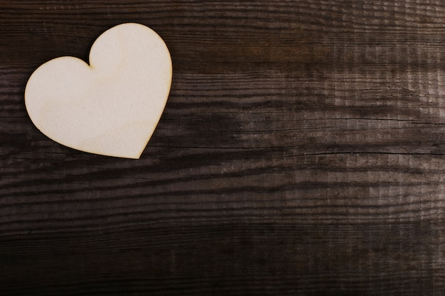 Houten hart op de oude tafel