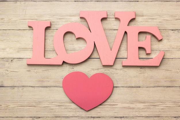 Houten harten die keurig op een houten backgroud worden geplaatst