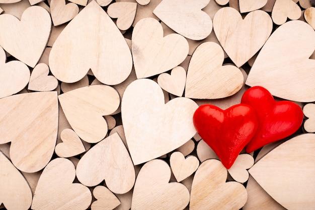 Houten harten, een rood hart op de houten hartachtergrond
