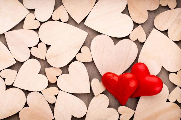 Houten harten, een rood hart op de houten hartachtergrond.