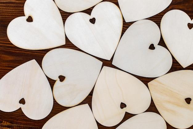 Houten harten mooi geplaatst op een houten