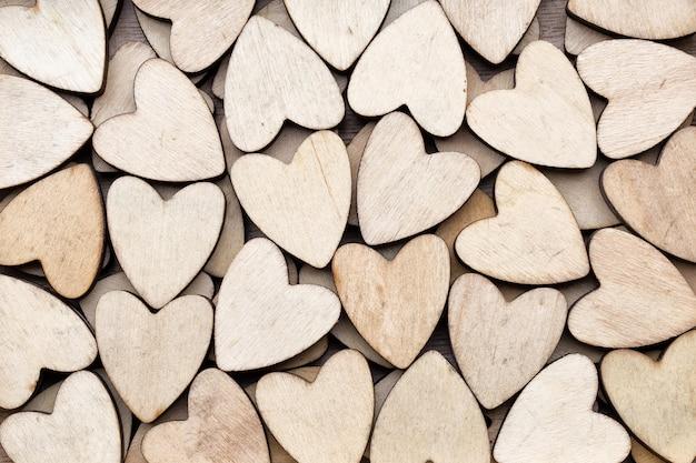 Houten harten, op de hartachtergrond.
