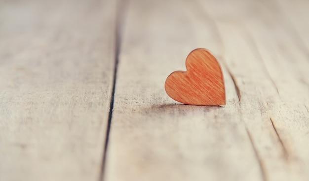 Houten harten voor de felicitatie van de valentijnsdag. selectieve aandacht. vakantie.