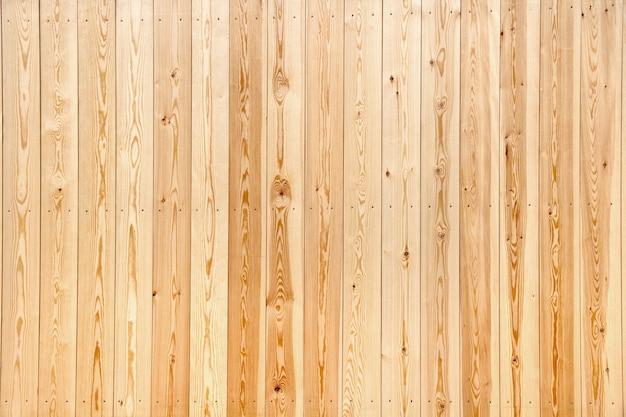 Houten hek gelegd met nieuwe planken