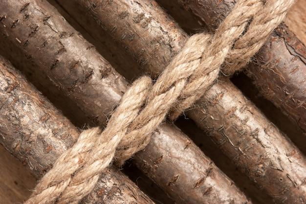 Houten hek met een touw vastgebonden