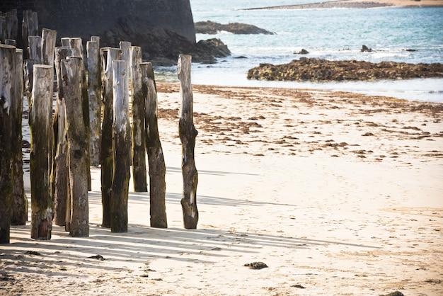 Houten hek op een atlantisch strand in frankrijk