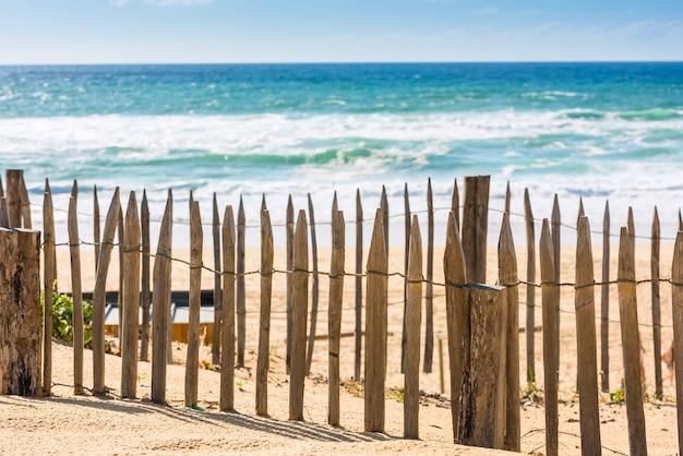 Houten hek op een atlantische strand in frankrijk het departement gironde shot met een selectieve focus