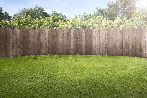 Houten hek op groene tuin