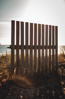Houten hek op het strand
