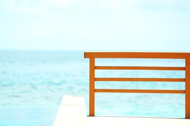 Houten hek over blauwe oceaan