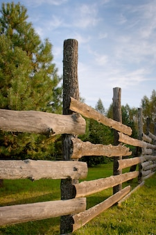 Houten hek voor dieren op een boerderij