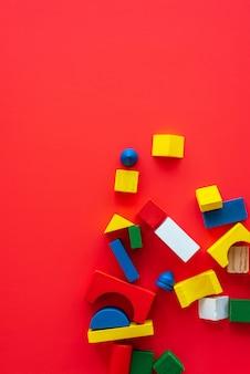 Houten heldere geometrische vormen, veelkleurig educatief speelgoed voor kinderen