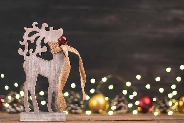 Houten herten speelgoed, bokeh, kerst goud, rode ballen