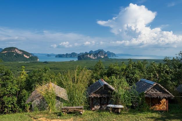 Houten homestay hut of hut uitzicht vanuit samed nangchee gezichtspunt, phang nga, thailand. prachtig zeegezicht van jame bond-eiland aan de antamanzee met blauwe lucht.