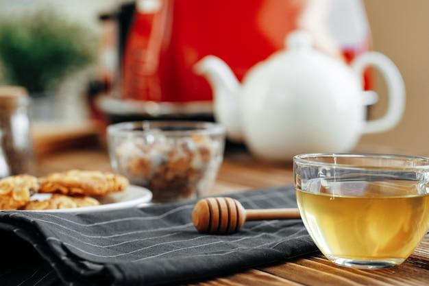 Houten honingsdipper op keukentafel met keukengerei
