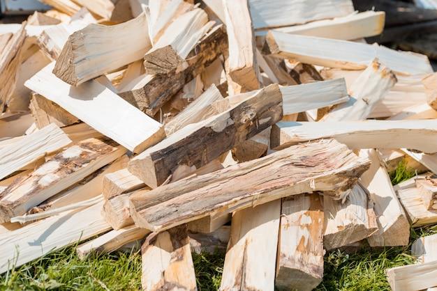 Houten hout bouwmateriaal voorraad in magazijn.
