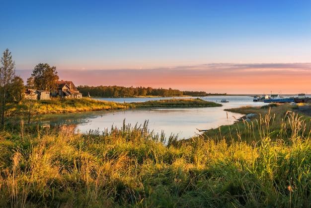 Houten huis aan de oever van de baai in de witte zee op de solovetsky-eilanden