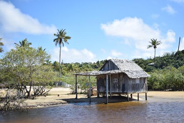 Houten huis aan de rand van de rivier