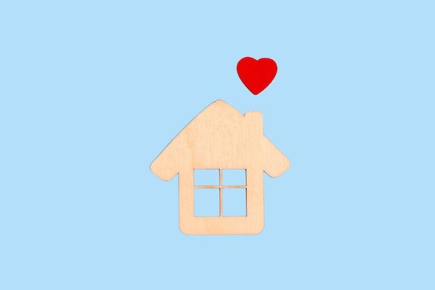 Houten huis en een rood hart, geluk, familie, sweet home, liefde, hypotheek, verzekering, zorg, eco, onroerend goed