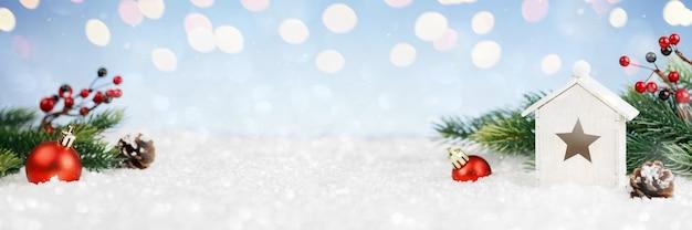 Houten huis en kerstdecoratie op lichtenachtergrond