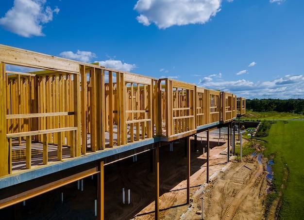 Houten huis in amerikaanse balken de weergave van het bouwen van framestructuur op een nieuwe ontwikkeling in aanbouw