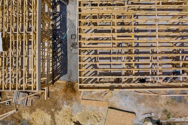 Houten huis in amerikaanse balken het zicht op het bouwen van een framestructuur op een nieuwe ontwikkelingsframe van in aanbouw