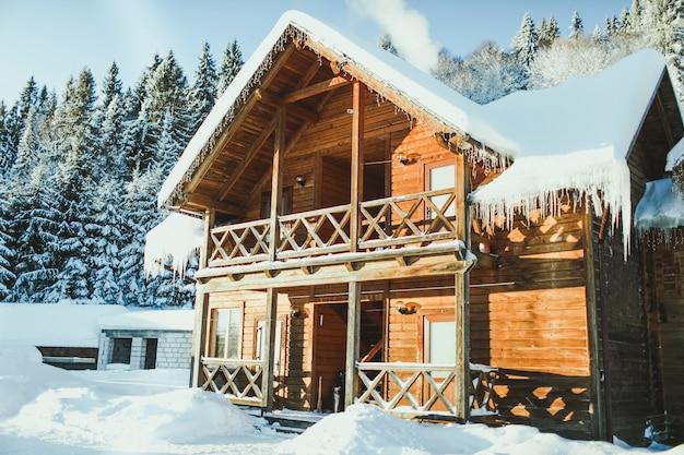 Houten huis in besneeuwde bergen