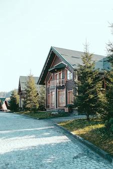 Houten huis in de herfst bergen vakantie karpaten berg oekraïne europa