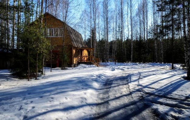Houten huis in het russische bos