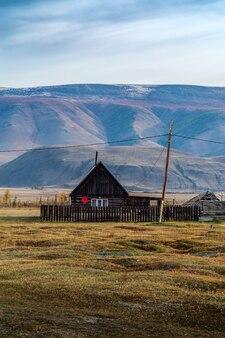 Houten huis met satelliet-tv-antenne kyzyltash dorp koshagach district altai rusland