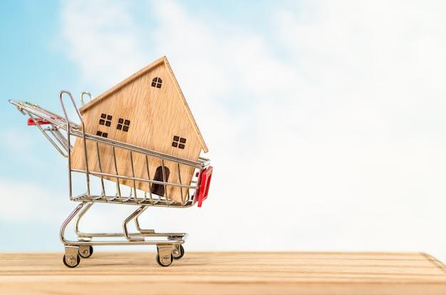 Houten huis model op winkelwagen
