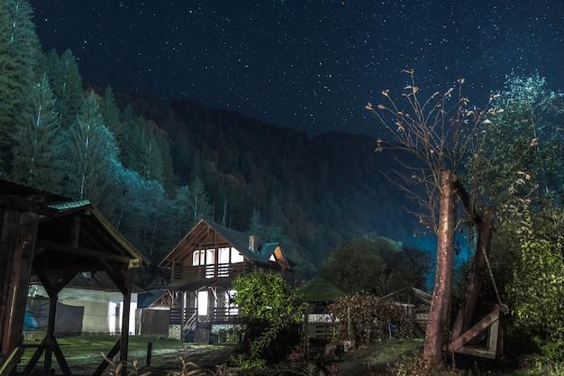 Houten huis 's nachts