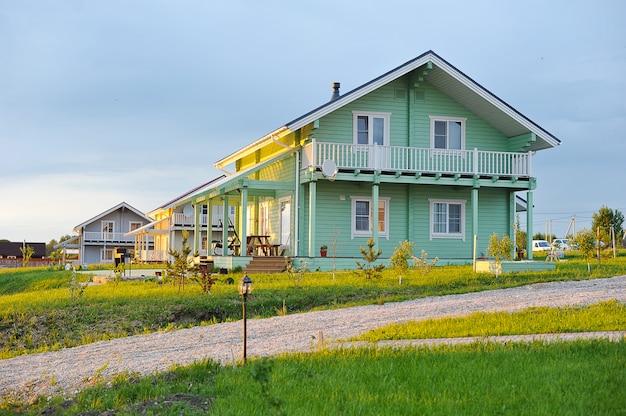 Houten huis van gelijmde balken