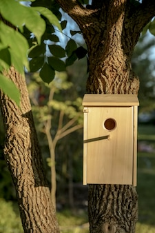 Houten huis voor vogels in de boom