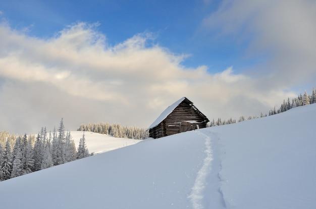 Houten huisje in de bergen