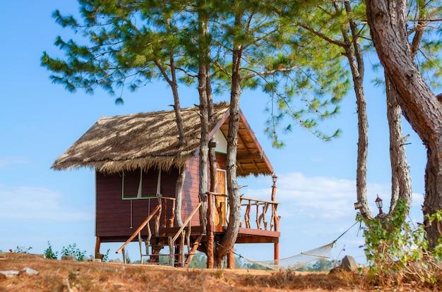 Houten huisje in een aangename landelijke boerderij om in te wonen op een heldere dag met een prachtige blauwe lucht.