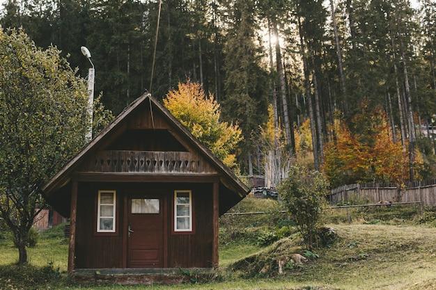 Houten huisje in het skigebied. herfstvakantie